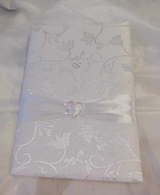 vendégkönyv  -  fehér brokát, szív díszítéssel